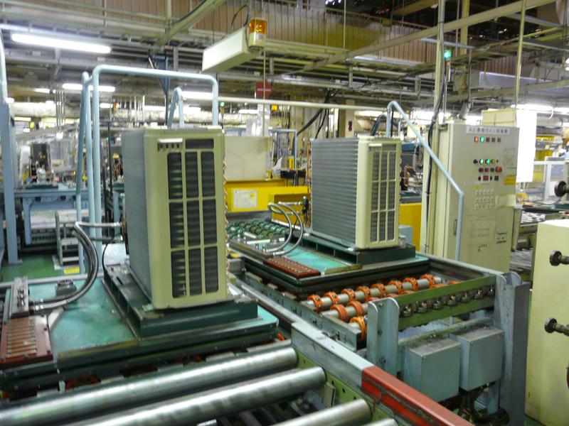 搬送されたパーツは室外機の組立生産ラインに投入される