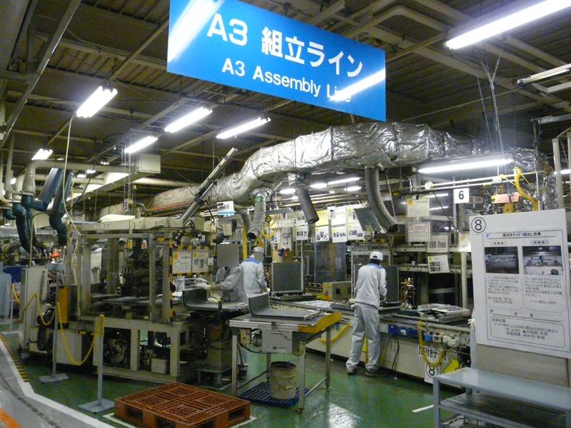 室外機の組み立てラインは3本。2交代制で月5,500台の生産能力を持つ