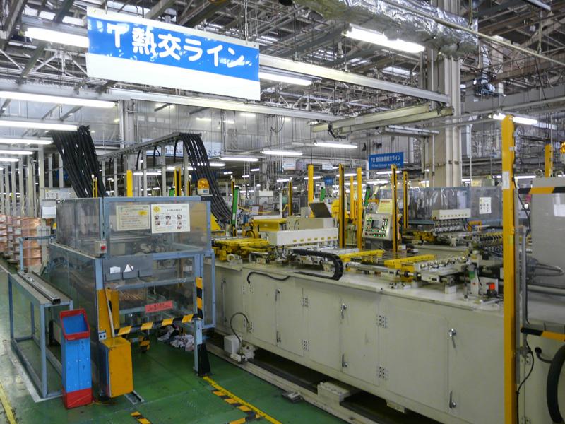 室内機用熱交換器の生産ラインの投入部。1人オペレータが5つのラインを管理