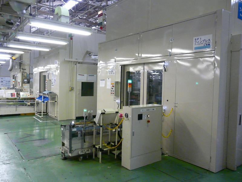 フィンのプレスライン。工場内で金型製作もおこなっており、独自の形状を作り出す
