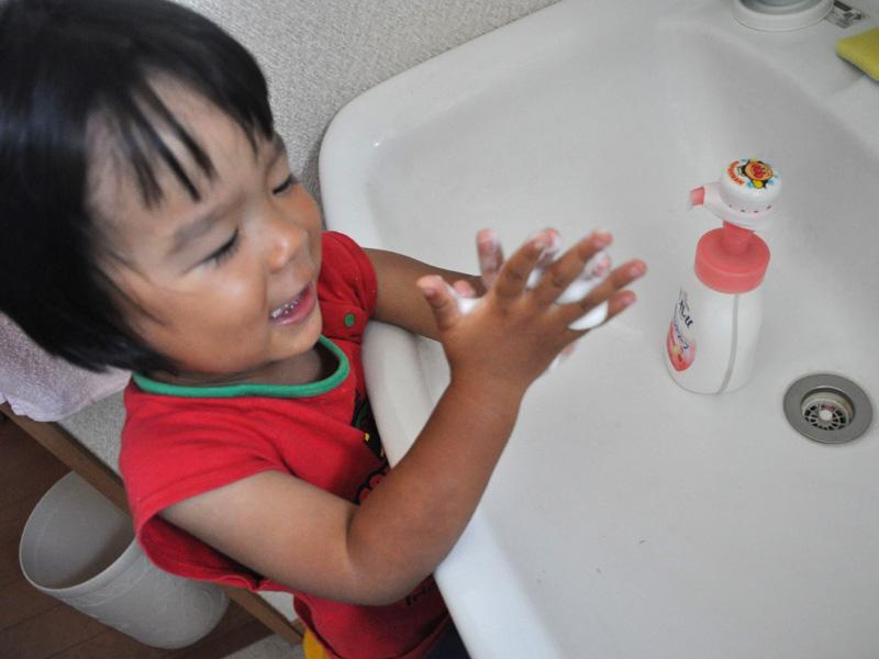 楽しく30秒間手洗いタイム。最初のうちは何度も押したがって大変だった……