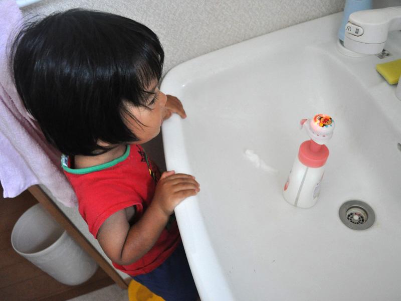 LEDの点滅を見て「きれいー」と大喜びの息子。積極的に洗面所へ向かうようになった