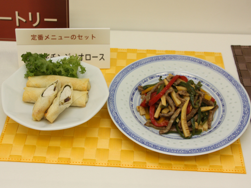 調理例。肉と野菜を同時調理する「肉&野菜セット」の春巻きとチンジャオロース