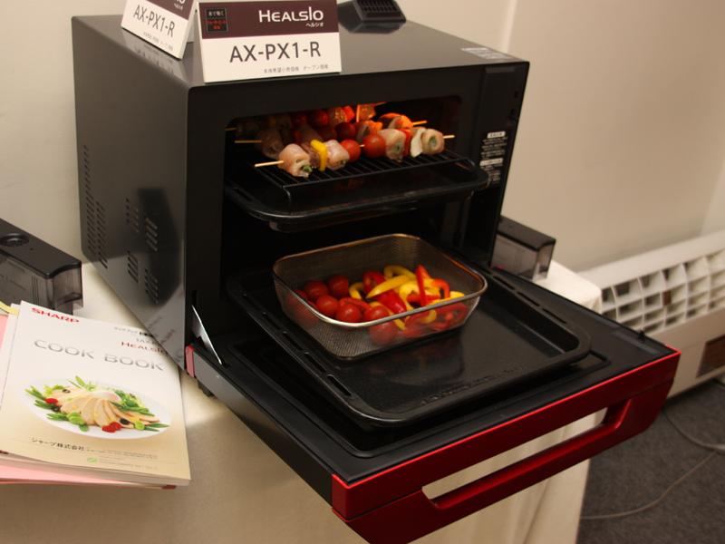 本体にはそのほか293の自動メニューを搭載する。2段を使って2種類の調理を同時に行なうことも可能。写真は「野菜と鳥の串蒸し&パプリカのマリネ」
