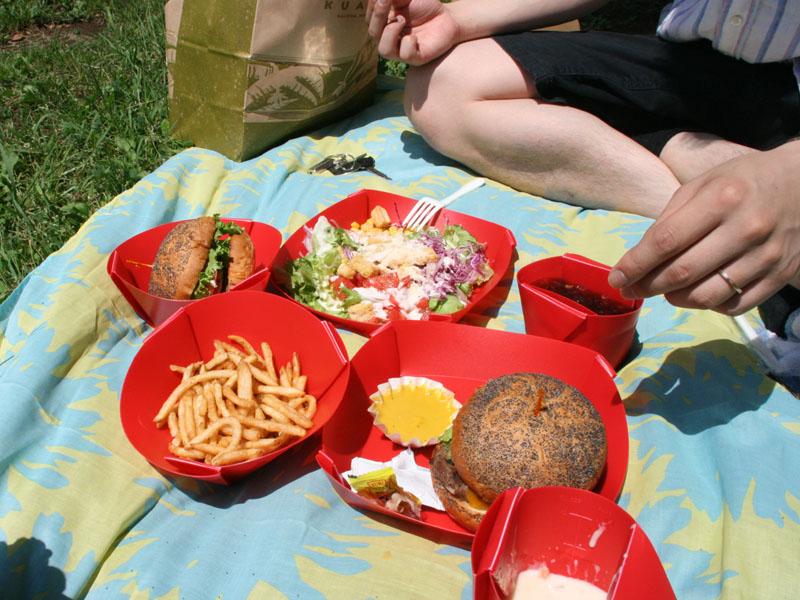 テイクアウトしたハンバーガーやサラダをFlatable Wareに盛りつけたところ