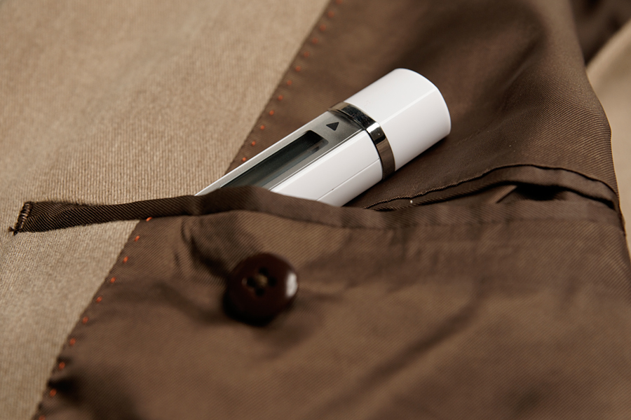 19.6×112×17.2mm(幅×高さ×奥行き)とコンパクトなので、スーツの内ポケットに入れても邪魔にならない