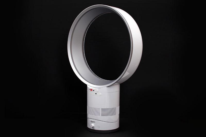 「Air Multiplier AMO1 テーブルファン30cm」。写真はホワイト/シルバーで、このほかにオンラインストア限定モデルとしてアイアン/サテンブルーがある。メーカー価格は39,000円