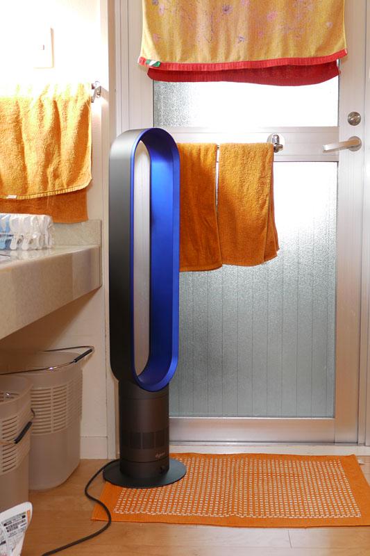 拙宅における「Air Multiplier AMO2 タワーファン」の利用例。スリムな扇風機なので狭い脱衣所での使用も現実的。タワーファンのおかげでシャワー後がマジで快適なんですが!!