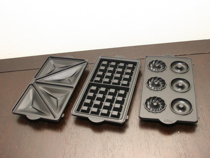本体には3種類のプレートが付属する。左からホットサンド用、ワッフル用、ドーナツ用