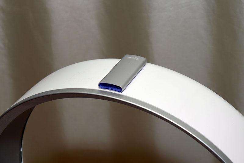 リモコンにはマグネットが埋め込まれており、このようにフロアーファンのリング部上部に吸着できる