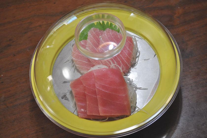 お刺身を盛り付けた例。プレートをつければホコリを防ぐこともできる。ちょっと残ってしまったら、フードをしてそのまま冷蔵庫へしまうこともできる
