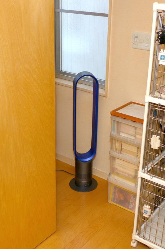 窓の近くに置き、部屋の風通しをよくするのにもタワーファンが役立つ。早朝に窓を開け、タワーファンでひととおり換気したりすると、室内の温度がグッと下がる