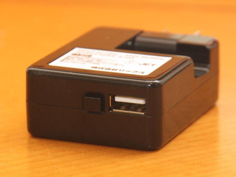 USBの差し込み口。その左隣にあるのが、給電をONにするスイッチ。スイッチを機器に接続していない状態でつけ放しにしてみたが、容量は空にはならなかっった