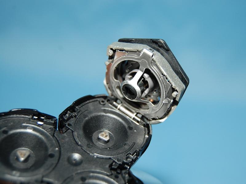シェービングヘッド内部。モーターで回転式の刃を回すことでヒゲを剃る