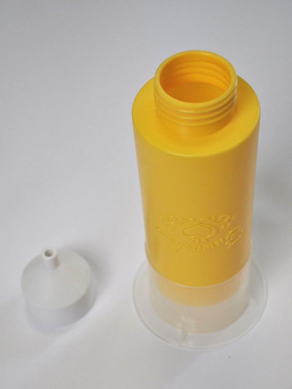 クリームペンとキャップ。クリームペンを使ってシュー生地にクリームを入れる