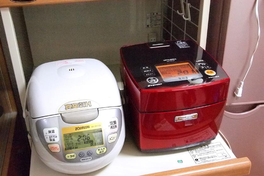 愛用中の炊飯器(左)と、炭炊釜