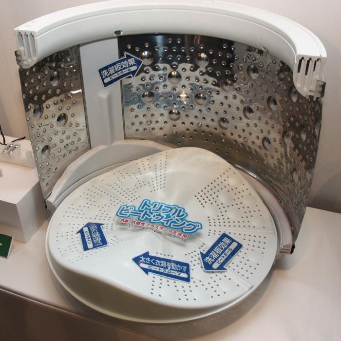 底面のパルセータだけでなく、洗濯槽内壁にも突起物を備える(写真は製品発表会時のもの)