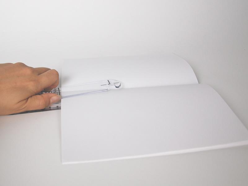 コピー用紙を10枚枚用意し、本体にはさむ。あらかじめ紙の中央で折っておくといい
