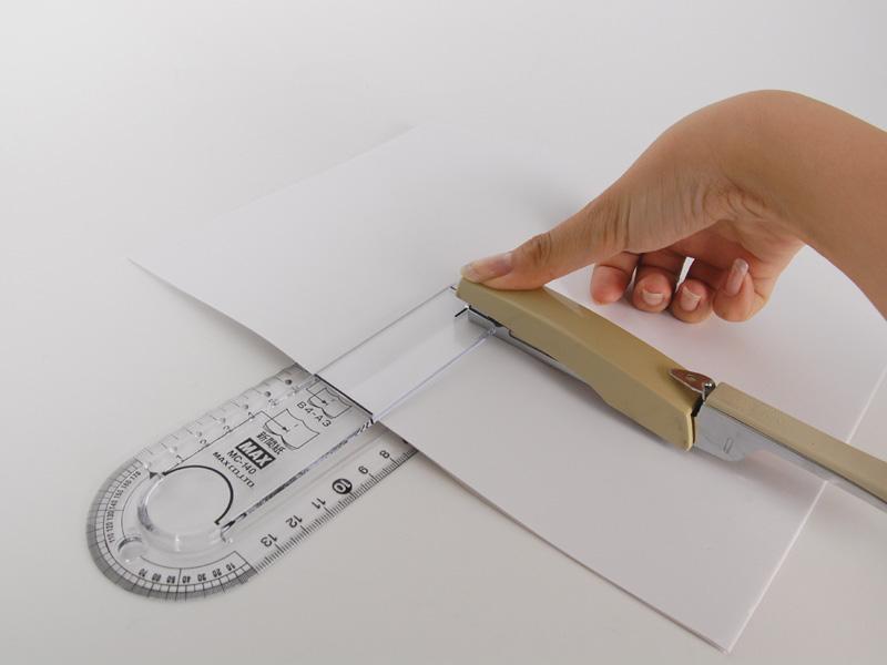 スタンプを押すように真上からステープラーを押し付ける。芯がグサッとささって、紙が綴じられる。女性の手でもそこまで力を必要としなかった