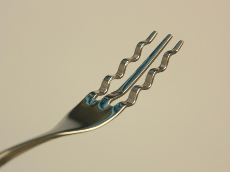 そーめんフォークのフォーク部分。三本ある刃のうち、両脇が波を打ったようなデザインになっている。ここに麺が絡みんですくい取りやすくなる仕組みだ