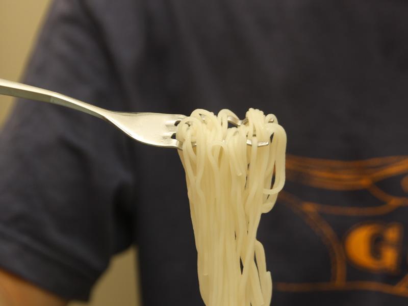 フォークの曲がった部分に麺が引っかかるため、抜け落ちたりしない