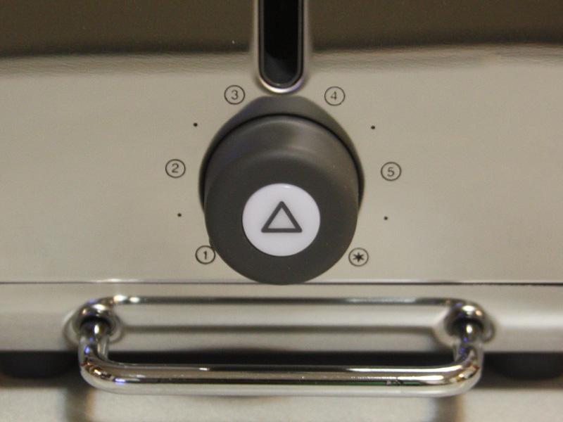 焼き色調節用のダイヤル。中央の三角マークはトーストのキャンセルボタン