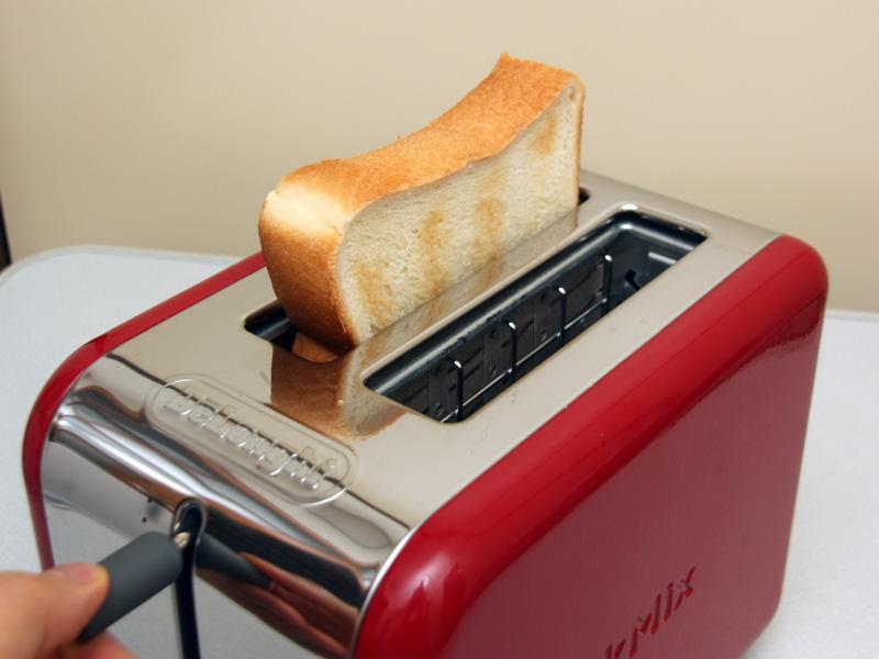 トースト中は、レバーを上げることで焼き色を確認できる。戻せば運転が再開される