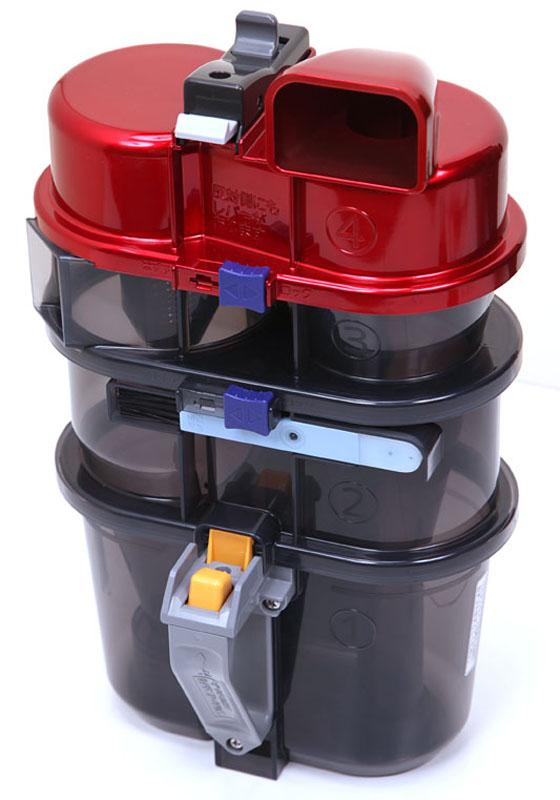 風神のサイクロンボックスは本体からこのように分離できる。最下段がダストカップで、ほかはサイクロンを起こす空気が流れる層になっている。中央の水色のものはお手入れブラシ