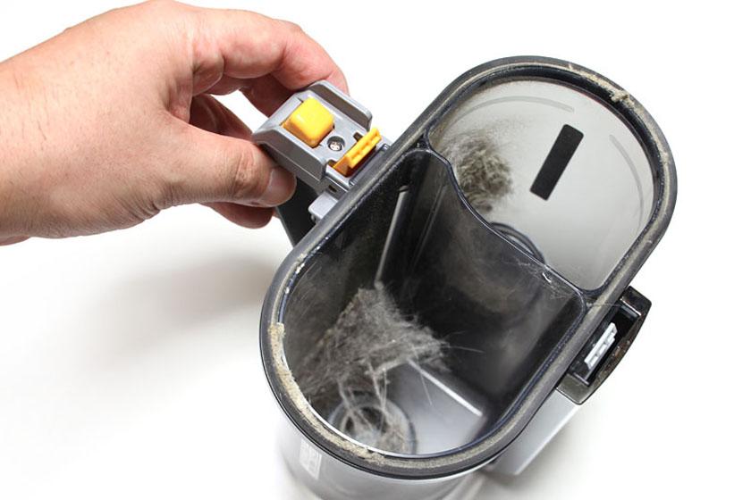 こんな感じでダストカップのみを持ち、たまったゴミをゴミ袋に入れるなりして処理する
