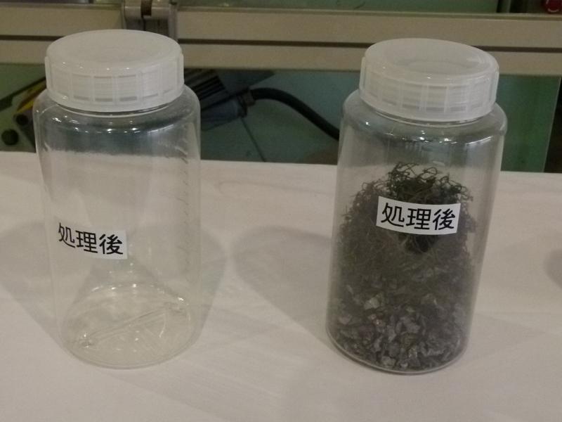 右は処理後の残渣、左は無害ガス化した排ガス。これを大気に放出する