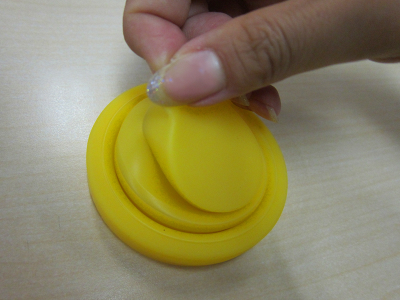 コップの形にするには、つまみ部分をひっぱっていく