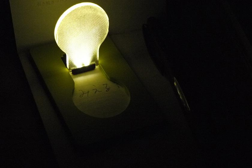 明るさはなんとか文字が読める程度。実用というより、癒し系、情緒系のアイテムと考えたほうがいいだろう