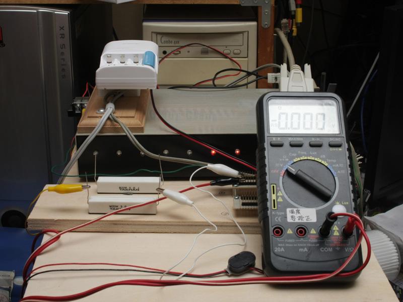 今回用意した実験装置がコレ。消費電力の少ないプラレールや豆電球の代わりに、「抵抗」という部品を組み込んでいる。でも、あることを忘れていて、実験は失敗してしまったのだ