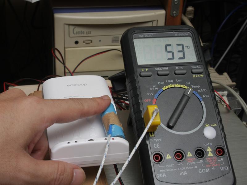 満充電した直後の電池は、触れないほど熱くなる。ただし、充電器には温度センサーがついており、高温になりすぎると自動的に充電を中断する機能がついているため、危険というわけではない
