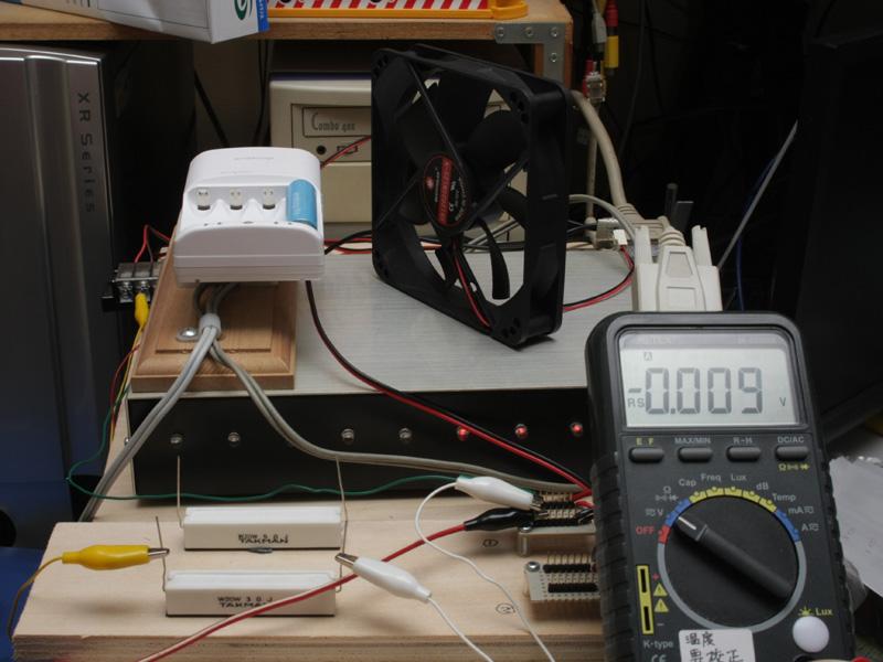 満充電した後、30分間送風して室温にしてから、電池を計測するようにした。結果、これから紹介するように、キレイな曲線のグラフが描けるようになったのだ