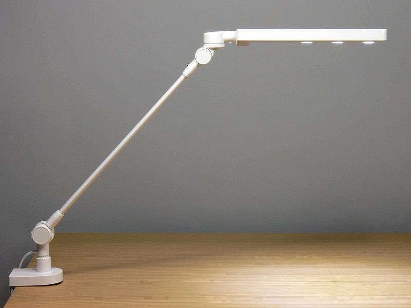 無印良品「LEDデスクライト・クランプ式 1WパワーLED×3灯」。コンパクトながらも固定式のデスクライトだ
