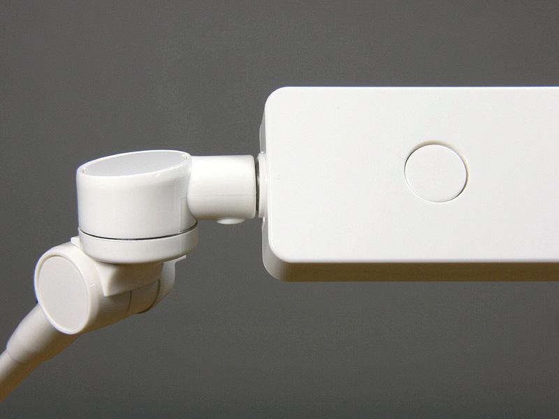 セード上部にあるプッシュスイッチ。スイッチを押すたびに点灯「強」、「中」、「弱」、「切」と切り替わる