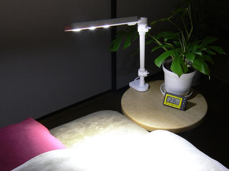 直径300mmのサイドテーブルに取り付けた様子。小さなテーブルに取り付けても安定して操作ができた。就寝前の読書にも便利だろう