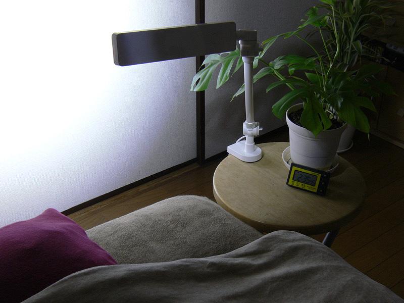 セードをクルリと回転させれば、柔らかな間接光の常夜灯としても利用できる(写真はわかりやすくするため、わざと明るく撮影している)。寝た姿勢のまま手探りで操作できるのは良い