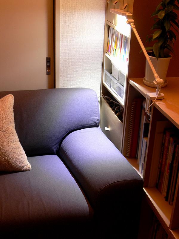 寝転がって本を読む場合でも、明かりが必要の無い場合でも、ソファに座ったまま、器具の向きを気軽に変えられる