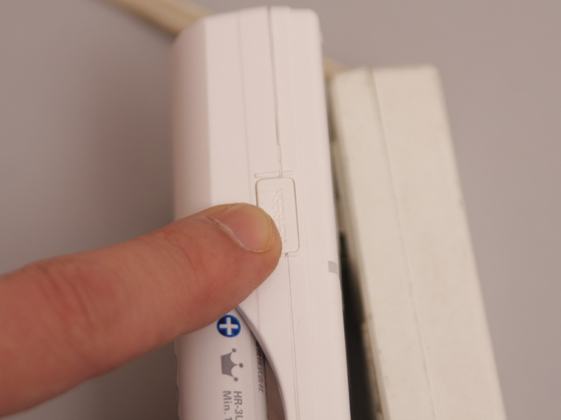 リフレッシュ機能つきの充電器「NC-TGR03」では、写真のボタンを長押しして充電を開始すると、いったん終止電圧まで電池を使い切ってから充電が開始される。放電時間も含まれるので、完全に充電されるまでには7時間ほどかかるのに注意