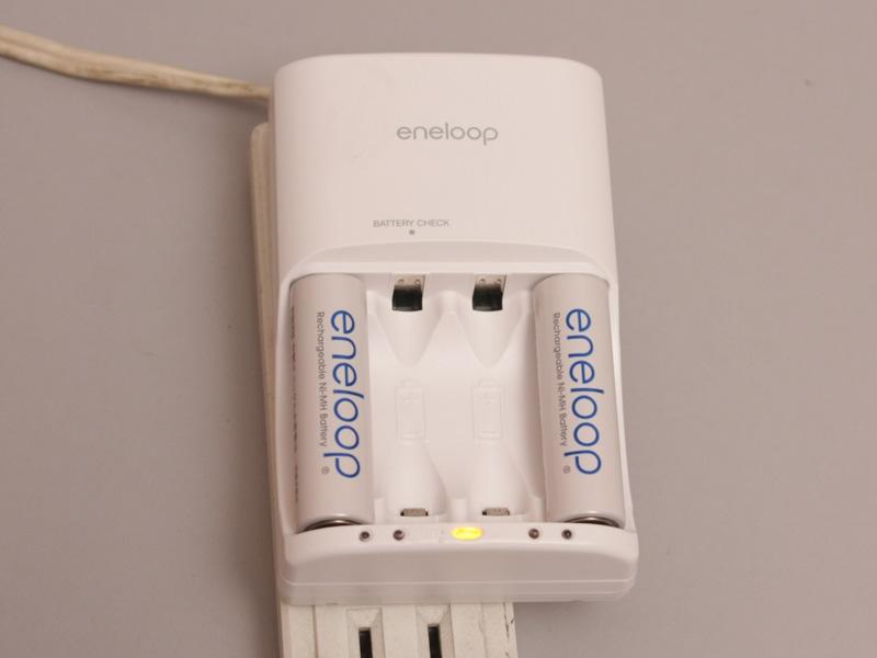 リフレッシュ充電中はこのランプが光りお知らせする。充電に切り替わると各スロットに対応したランプが光り出す
