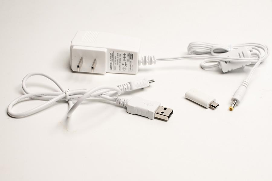 付属品の一覧。USBケーブル、ACアダプター、microUSB変換アダプタの3つが付属する