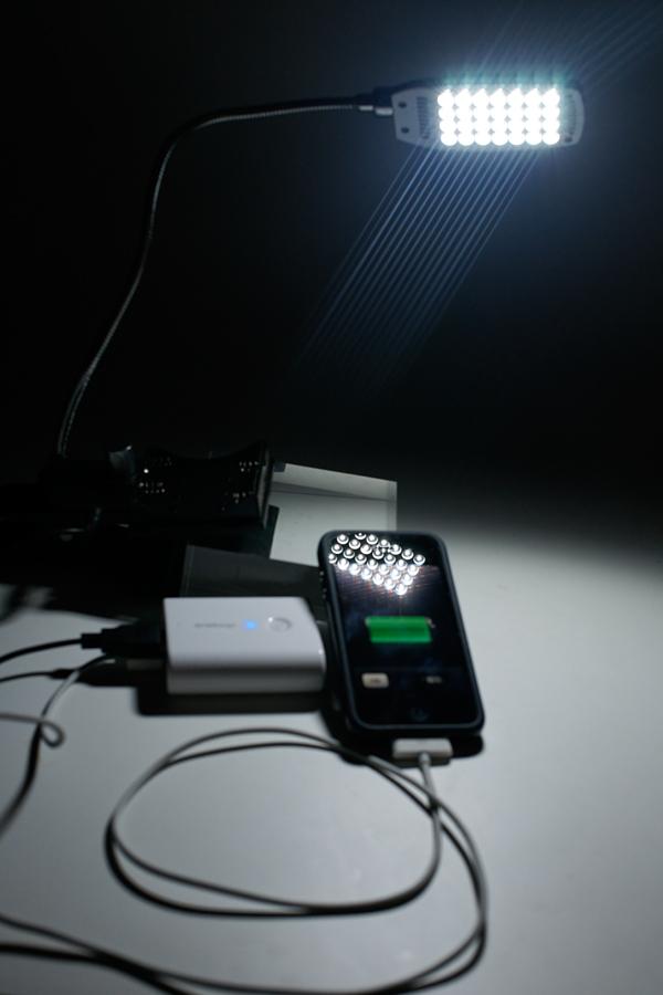 iPhone4と高輝度LED28基搭載のライトを点灯させた状態でも光量落ちもなかった