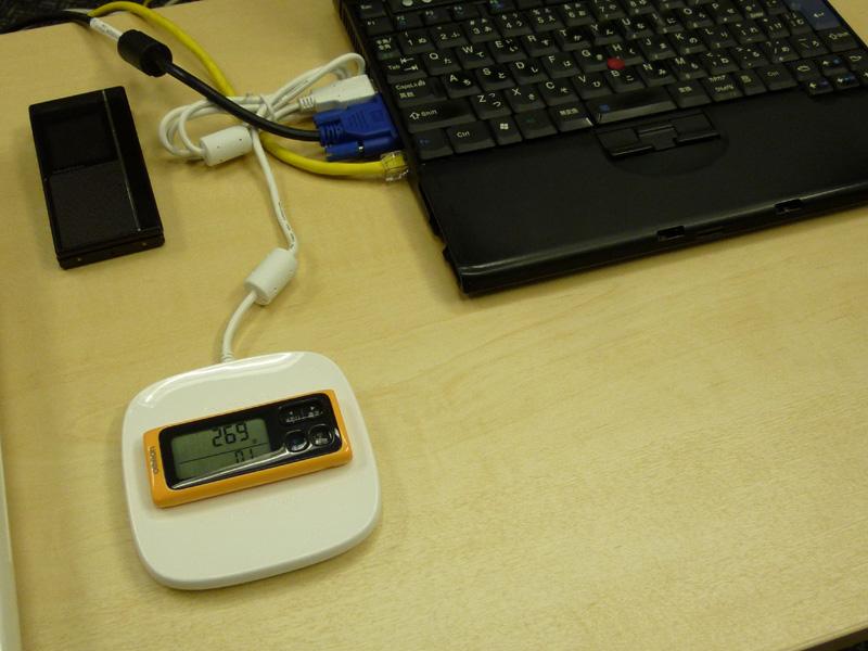 歩数計は、プレートに載せてデータ転送する