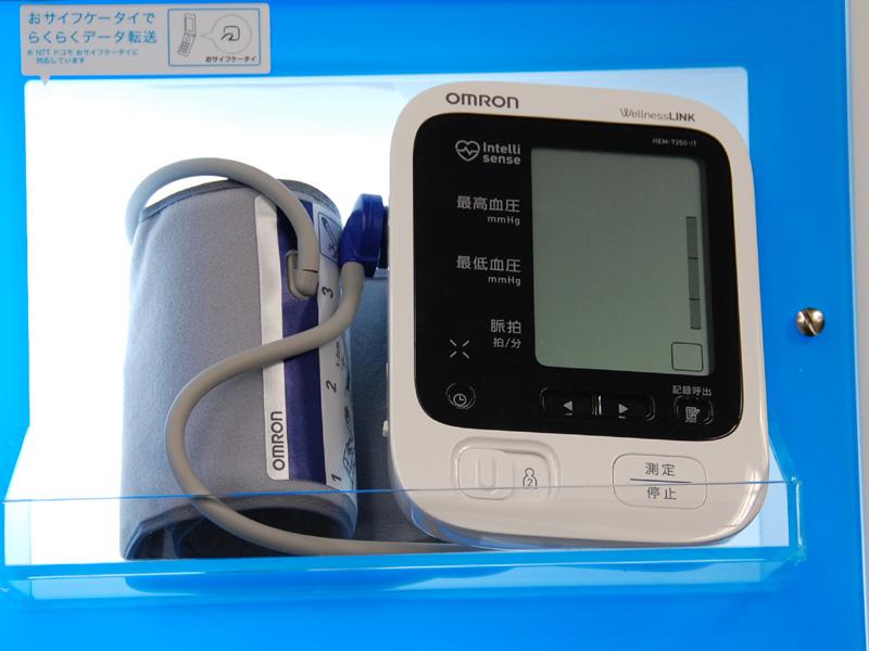 ウェルネスリンクに対応した血圧計も同時に発売する。写真は血圧計「HEM-7250-IT」