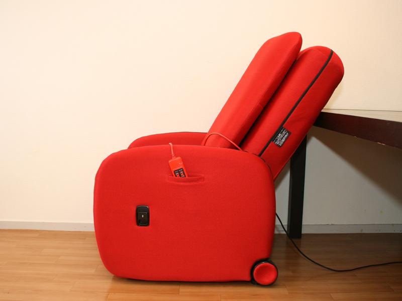 1番起こした状態でも、一般的な椅子に比べるとかなり倒れている。写真はわかりやすいように、テーブルの近くに設置したところ