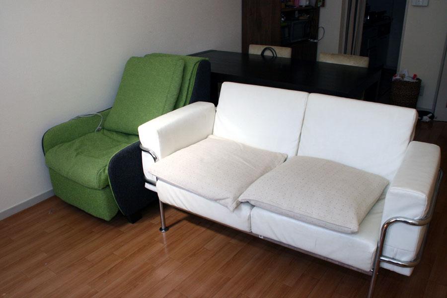 マッサージソファは自宅のソファと並べて置くことができた