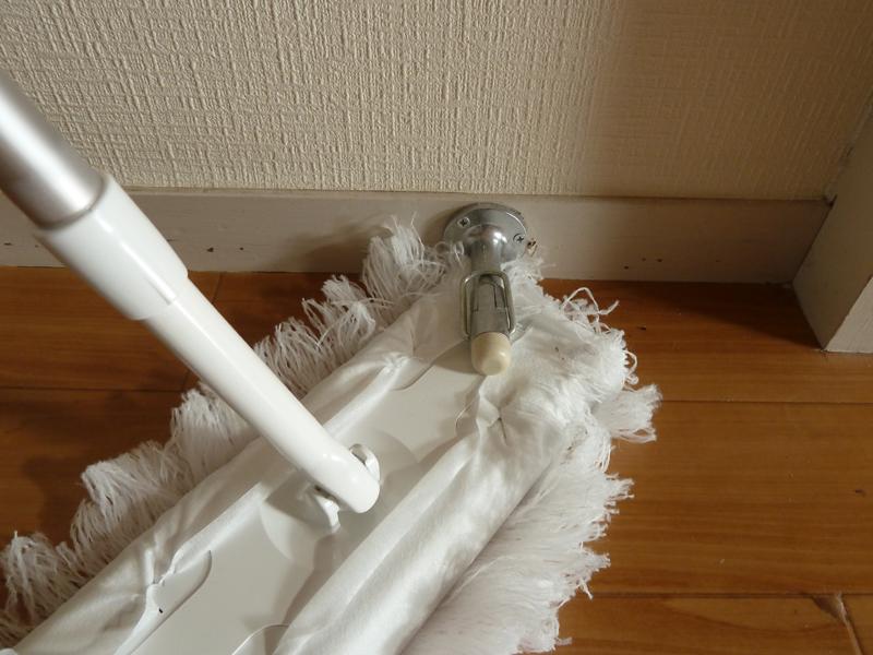ドア止めの下や、引き戸の溝など掃除機では掃除できない場所の掃除に便利