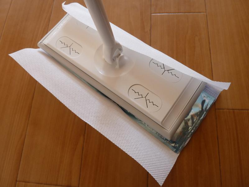 ワックスパックの封を開けた側を下にして、シートと共にフローリングワイパーに固定